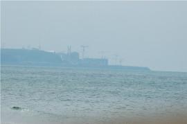 Heute sieht's da so aus (Blick von der anderen Seite). Die Kräne errichten gerade das dritte Atomdings.